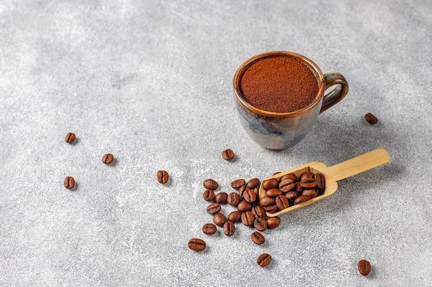 Kaffeebohnen und gemahlenes pulver. Kostenlose Fotos