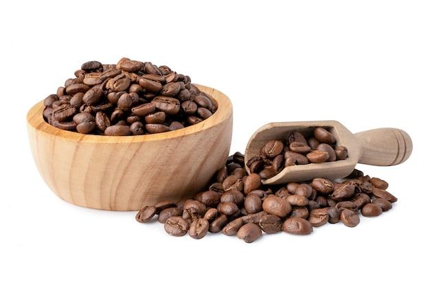Kaffeebohnenmedium in holzschale geröstet. Premium Fotos