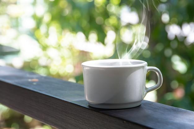 Kaffeebremssatz, schalen heißer kaffee espresso auf dem tisch und heller hintergrund Premium Fotos