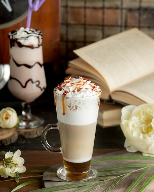 Kaffeecocktail mit milch und schlagsahne in einem glas. Kostenlose Fotos