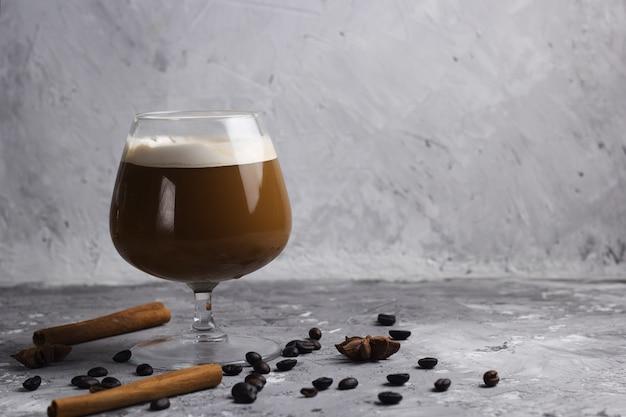 Kaffeegetränk in einem glassteinhintergrund Premium Fotos