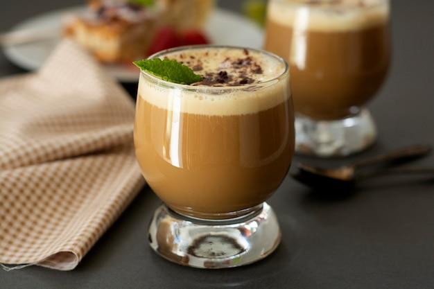 Kaffeegetränk mit eis, espresso. affogato, sommerliches erfrischungsgetränk im glas. Premium Fotos