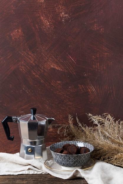 Kaffeekanne und schokoladentrüffel Kostenlose Fotos