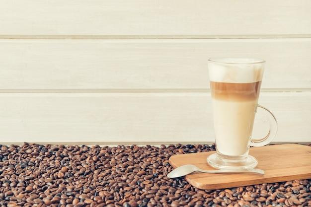 Kaffeekonzept mit latte macchiato Kostenlose Fotos