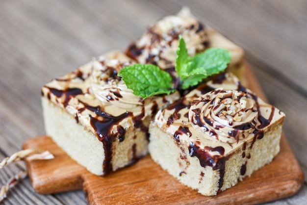 Kaffeekuchen mit schokoladenüberzug Premium Fotos