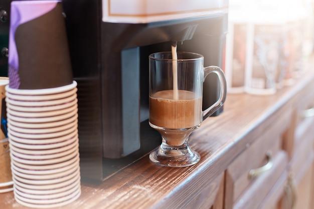 Kaffeemaschine, die cuppuccino-kaffee brüht Kostenlose Fotos