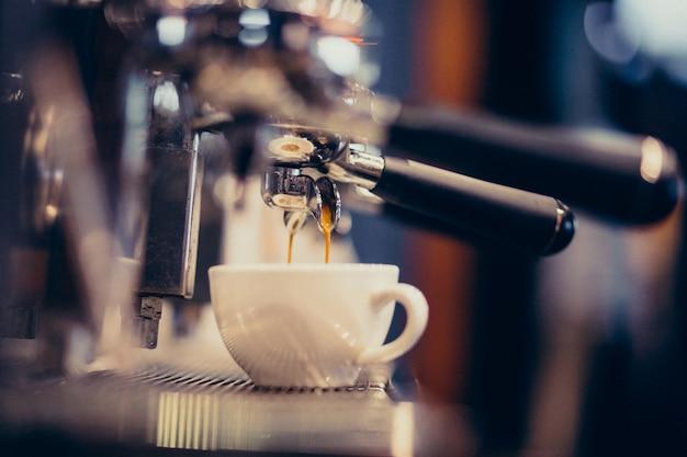 Kaffeemaschine, die kaffee an einer bar macht Kostenlose Fotos