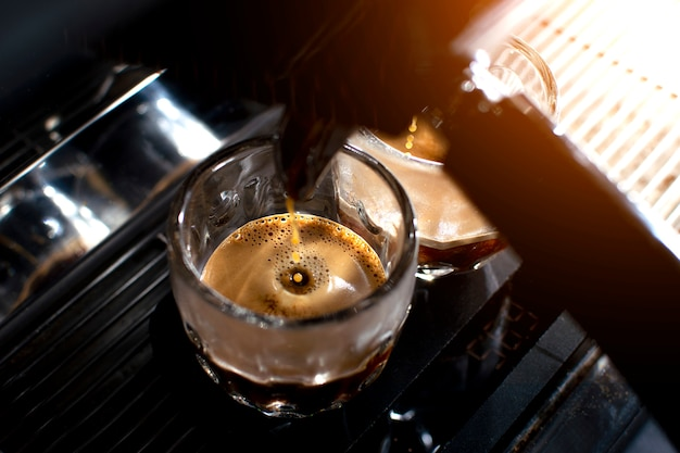 Kaffeemaschine macht doppelten espresso in gläsern Premium Fotos