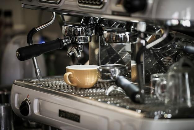 Kaffeemaschine mit kaffeetasse im café Kostenlose Fotos