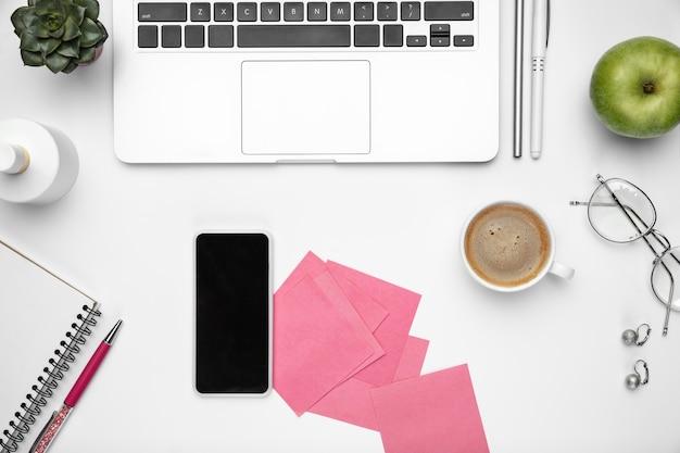 Kaffeepause. . femininer home-office-arbeitsbereich, copyspace. inspirierender arbeitsplatz für produktivität. konzept von business, mode, freelance, finanzen und kunstwerken. . Kostenlose Fotos