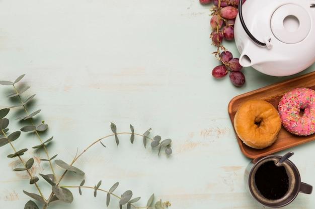 Kaffeepause mit blumenzweig Kostenlose Fotos
