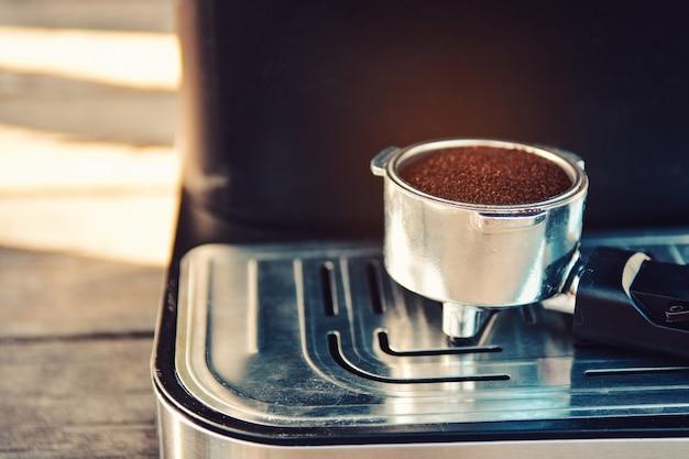 Kaffeepulver auf kaffeemaschine. Premium Fotos