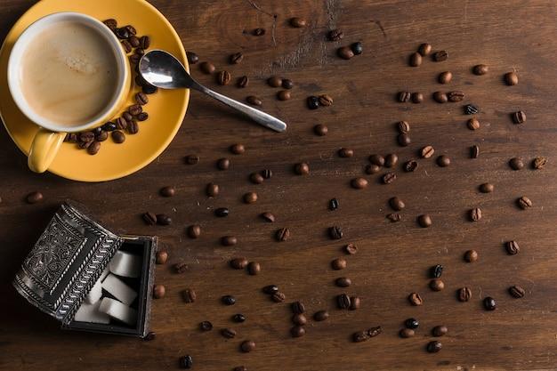 Kaffeeset und zuckerdose in der nähe von kaffeebohnen Kostenlose Fotos