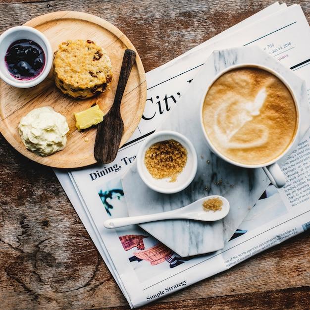 Kaffeestube-café latte cappuccino-zeitungs-konzept Kostenlose Fotos