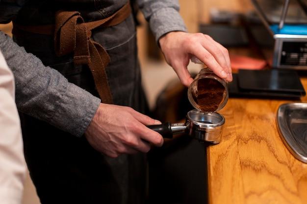 Kaffeestubemitarbeiter, der kaffee macht Kostenlose Fotos
