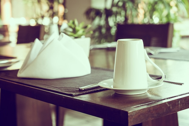 Kaffeetasse am tisch des restaurants Kostenlose Fotos
