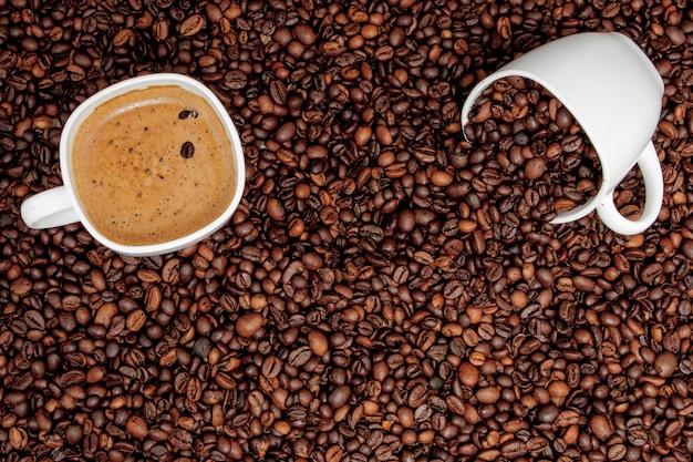 Kaffeetasse auf holztisch. blick von oben Premium Fotos