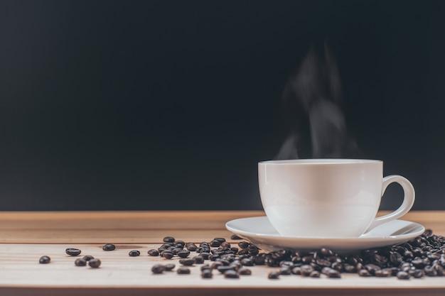 Kaffeetasse auf holztisch Premium Fotos