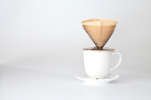 Kaffeetasse frisch heiß auf den papierfilter geben Premium Fotos