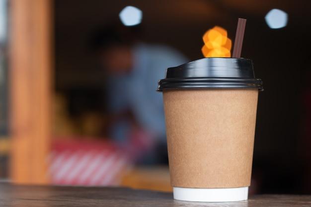 Kaffeetasse heißes draink auf hölzernem schreibtisch im geschäft des kaffees Premium Fotos