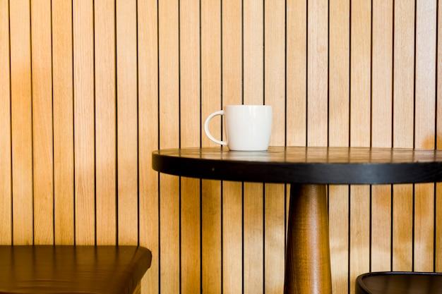 Kaffeetasse in einer tabelle Kostenlose Fotos