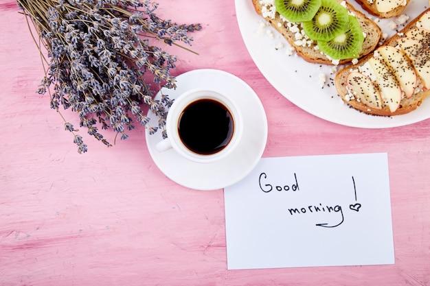 Kaffeetasse mit blumenstrauß lavendel und noten guten morgen Premium Fotos