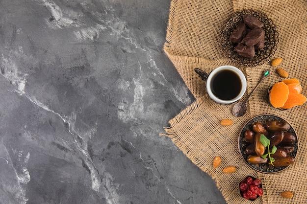 Kaffeetasse mit dattelfrucht und mandeln Kostenlose Fotos