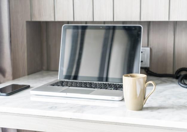 Kaffeetasse mit laptop und schöne luxus tischdekoration im wohnzimmer interieur für hintergrund Kostenlose Fotos