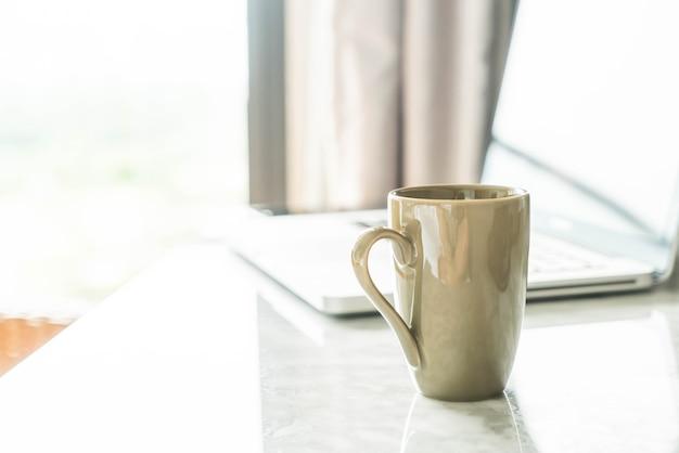 Hervorragend Kaffeetasse Mit Laptop Und Schöne Luxus Tischdekoration Im Wohnzimmer  Interieur Für Hintergrund Kostenlose Fotos