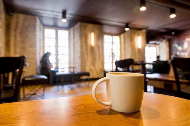Kaffeetasse mit unscharfem hintergrund Kostenlose Fotos