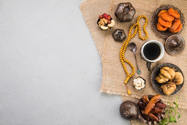 Kaffeetasse mit verschiedenen trockenfrüchten und nüssen Kostenlose Fotos