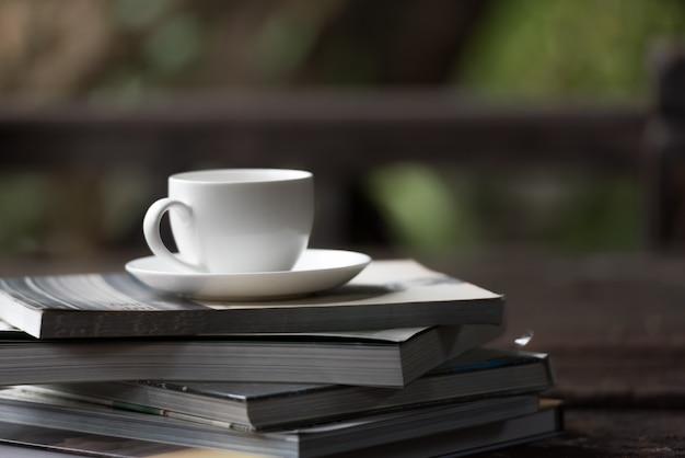 Kaffeetasse setzte an den stapel bücher morgens. Premium Fotos