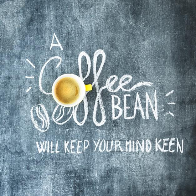 Kaffeetasse über dem kaffeebohnentext auf tafel Kostenlose Fotos