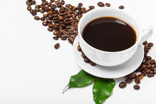 Kaffeetasse und bohnen auf einem weiß Premium Fotos