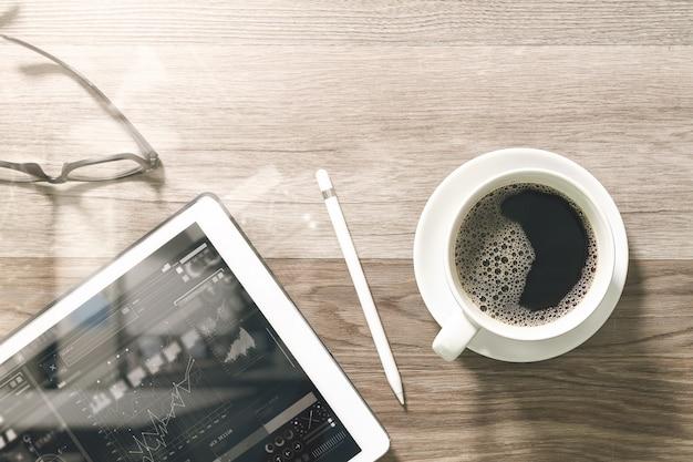 Kaffeetasse und digital-tabelle koppeln intelligente tastatur und brillen mit griffelstift auf holztisch an. Premium Fotos