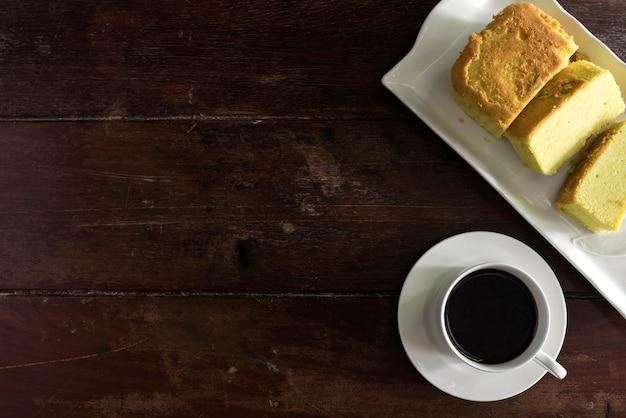 Kaffeetasse und Untertasse mit Kuchen Kostenlose Fotos