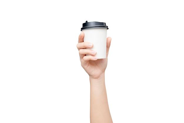 Kaffeetasse zum mitnehmen. weibliche hand, die eine kaffeepapierschale lokalisiert hält Premium Fotos