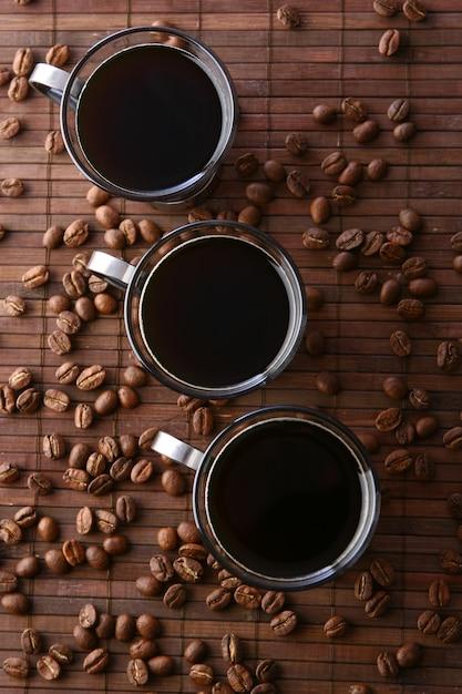 Kaffeetassen mit kaffeebohnen Kostenlose Fotos