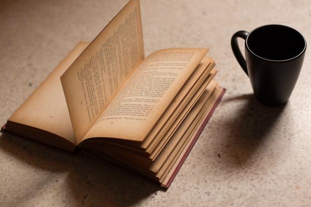 Kaffeetassen zu büchern Premium Fotos