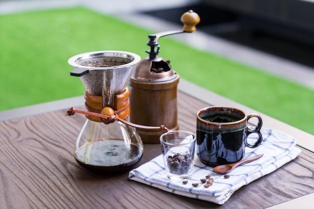 Kaffeetropfenfängerausrüstung eingestellt auf holztisch. Premium Fotos