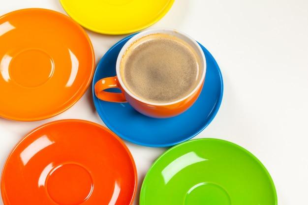Kaffeezeit. helle farbige zusammensetzung von kaffeetassen Premium Fotos