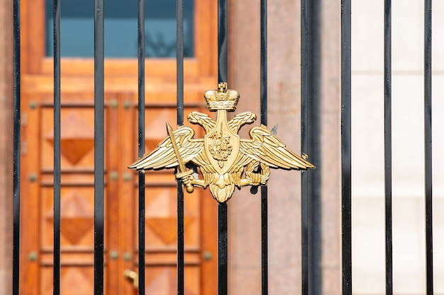 Kaiserlicher russischer doppeladler mit dem heiligen georg am geschmiedeten tor Premium Fotos