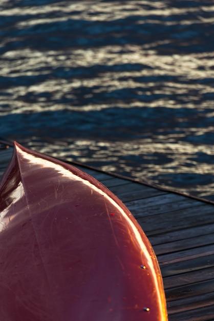 Kajak auf einem dock, kenora, see des holzes, ontario, kanada Premium Fotos