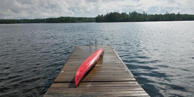 Kajak auf einer promenade, lake of the woods, ontario, kanada Premium Fotos