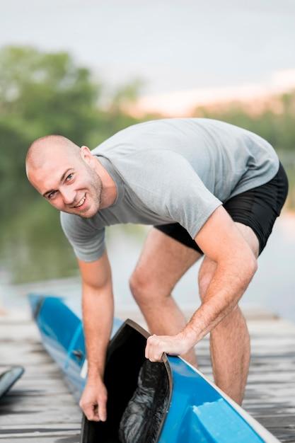 Kajak-konzept mit smiley-mann Kostenlose Fotos