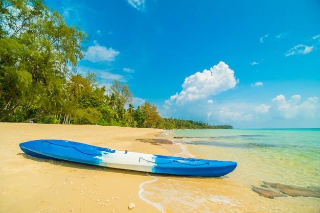 Kajakboot am wunderschönen paradiesstrand und meer Kostenlose Fotos