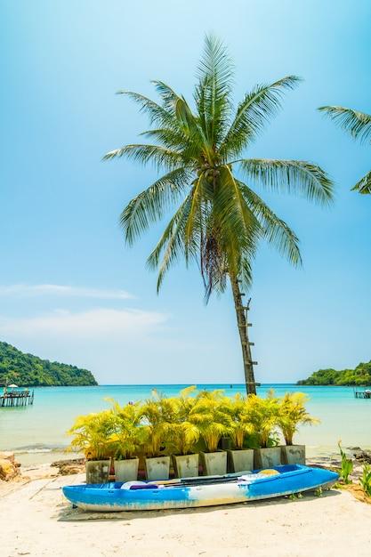 Kajakboot am wunderschönen tropischen strand Kostenlose Fotos