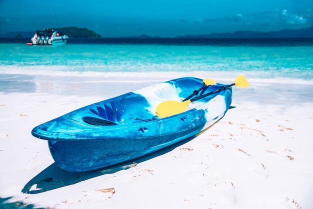 Kajakboot auf dem strand in nyaungoophee island, myanmar Premium Fotos