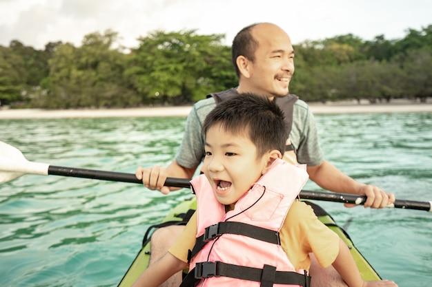 Kajakfahren für männer und kinder im meer, sommerferien für kinder Premium Fotos