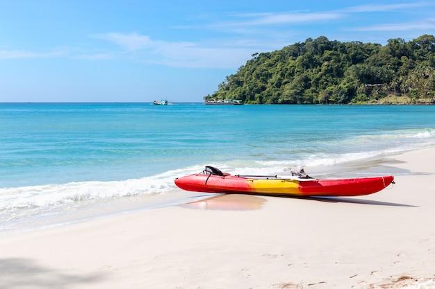 Kajaks am tropischen strand mit schönen himmel Premium Fotos